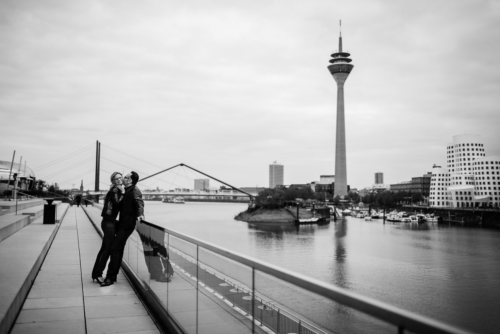 engagement_shooting_duesseldorf_hafen_hyatt_pebbles_verlobung_hochzeitsfotografin_julia_fot_featured_019