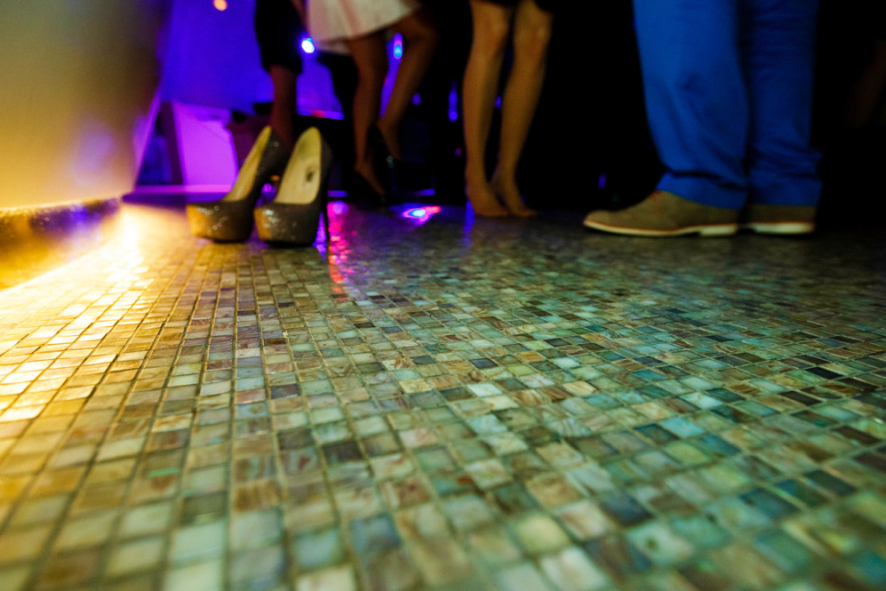 hochzeitsfotografin-hyatt-regency-duesseldorf-standesamt-inselstrasse-17-pebbles-river-salon-concert-featured-119