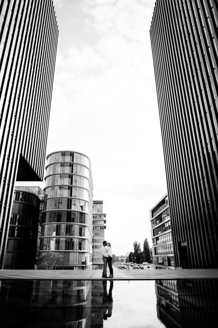 engagementshooting-paarfotos-duesseldorf-hafen-industriehafen-hyatt-gehry-bauten-innenhafen-container-fernsehturm-hochzeitsfotografin-aachen-geilenkirchen-heinsberg-koeln-eschweiler-featured_003